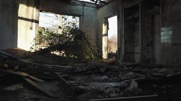 escombros em uma casa abandonada