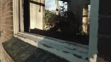 tiro de ventana de casa abandonada