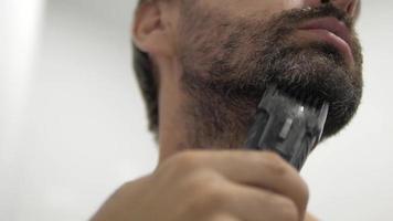 el hombre se recorta la barba