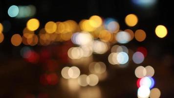 semáforos noturnos desfocados