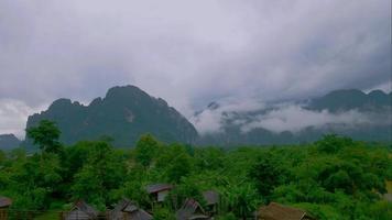 montañas y nubes pesadas