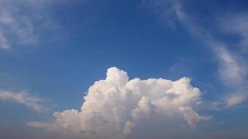 céu azul e nuvens em movimento rápido