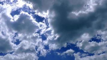 lapso de tiempo de nubes celestiales y cielo azul