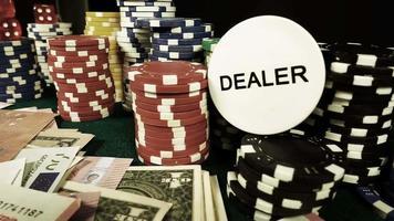 fichas, cartas de pôquer e dados vermelhos