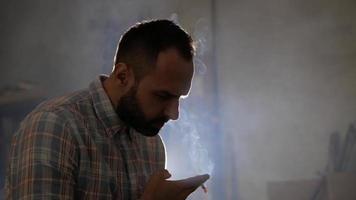 hombre barbudo fumando video