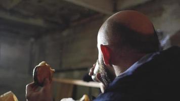 homem comendo pão e bebendo café
