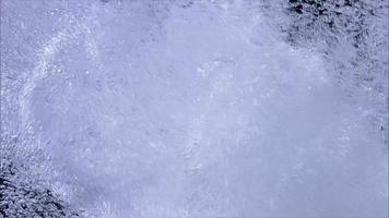 bolle d'acqua in aumento nella priorità bassa nera