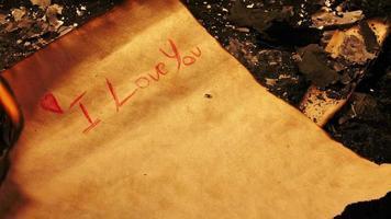 eu te amo escrito em um papel vintage e queimado video