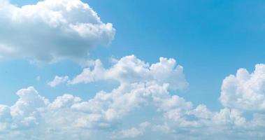 nuvens cumulus se movendo rápido
