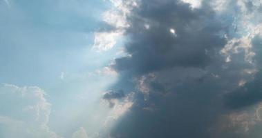 timelapse del rayo de sol detrás de las nubes