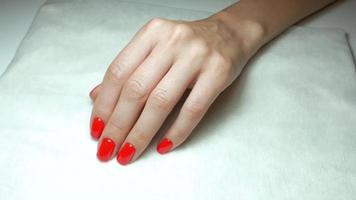 manicure vermelha na mão de uma garota