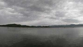 cielo nublado sobre el lago