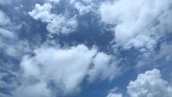 nubes moviéndose en el cielo azul