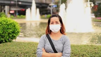 mujer con máscara protectora en la calle.