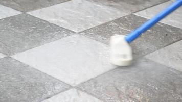 limpando o piso de cerâmica com uma vassoura video