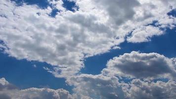 nubes de lluvia blancas y oscuras en el cielo azul