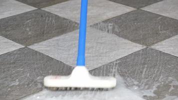 limpar o piso de ladrilho. video