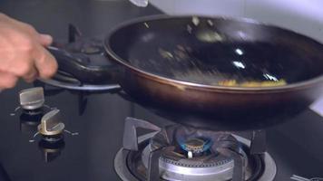 ovos fritos em uma frigideira.