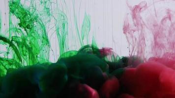 colores rojo y verde que se elevan en el agua video