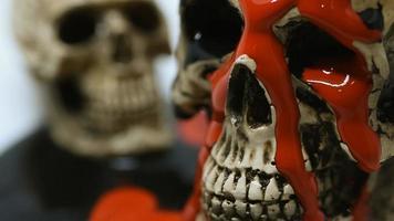dois crânios e tinta vermelha