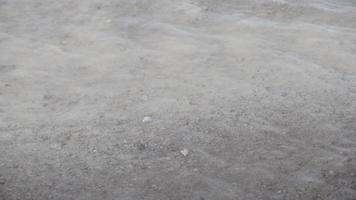 agua clara que fluye sobre la arena