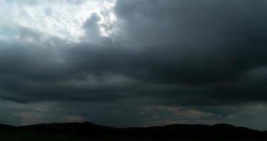 lapso de tempo do sol saindo de nuvens escuras video