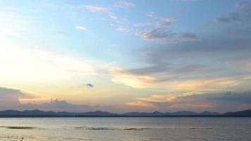Rayos del atardecer reflejándose en las nubes en vista del depósito muy tranquilo