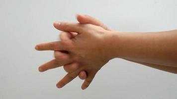 mãos mostrando os passos para lavar adequadamente video