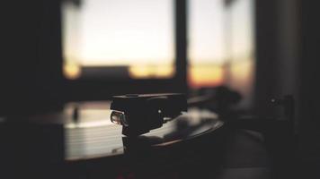 um toca-discos girando enquanto o sol está se pondo