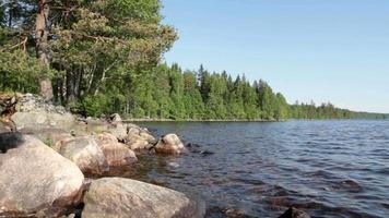 lago y rocas