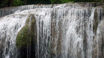 hermosa gran cascada de erawan en medio del bosque