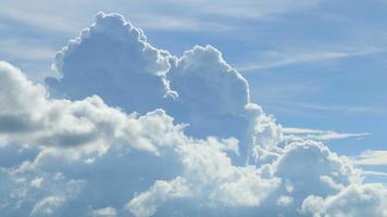 esponjosas nubes blancas en un cielo azul