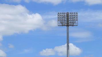 luces del estadio de pie contra un cielo azul
