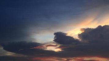 la puesta de sol detrás de las nubes