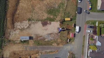vista superior da escavadeira chegando a um campo em 4k video