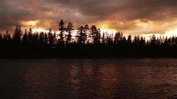 Abendwolken über dem Fluss