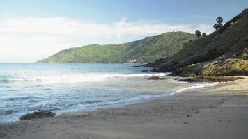 onde della spiaggia di yanui che spruzzano sulla sabbia, phuket, tailandia video