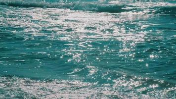 el sol se refleja en las olas del mar video