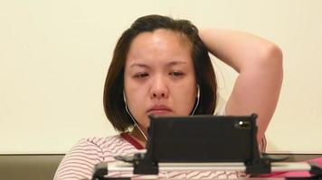 triste, joven, mujer asiática, llanto video