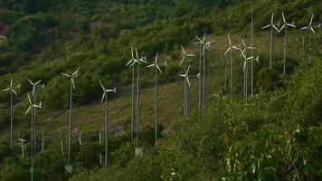 Turbinas de viento en la playa de Samae Koh Larn, Paattya, Tailandia