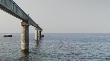 un oleoducto desapareciendo en el mar video