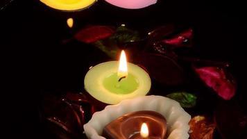 velas encendidas en el agua