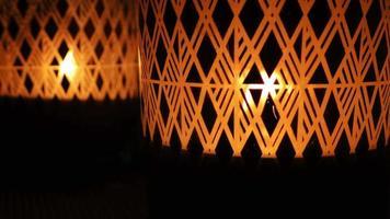 mirada mística de velas iluminadas detrás del cristal