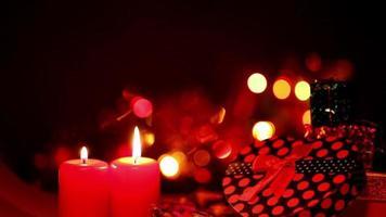 velas vermelhas e caixas de presente em bokeh de fundo