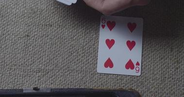 manos de hombre jugando a las cartas video