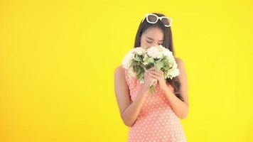 mujer asiática con hermosas flores