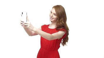 mujer joven haciendo una videollamada usando su teléfono móvil
