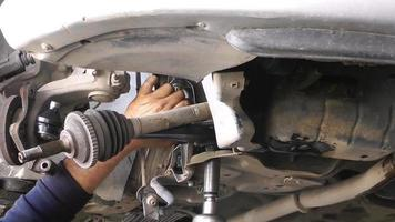 reparación de las piezas de suspensión del tren de aterrizaje de un automóvil
