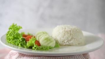 arroz y ensalada en un plato blanco