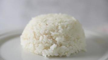 Arroz jazmín en plato blanco